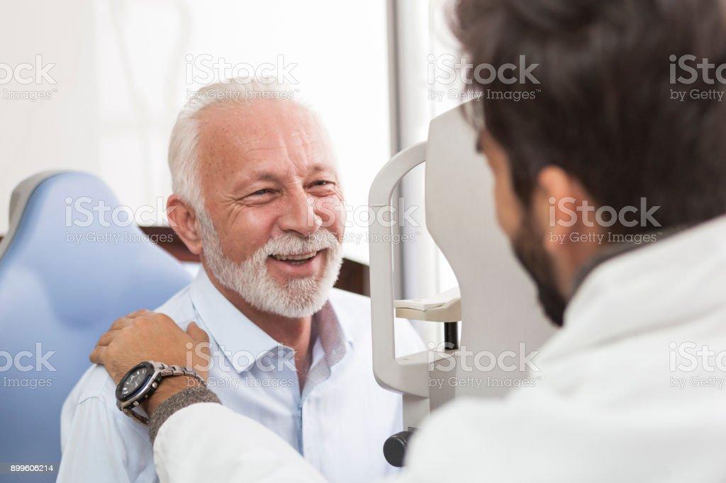 高齢患者相談室で眼鏡で ストックフォト