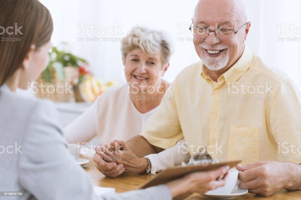 Seniors et conseiller financier - Photo