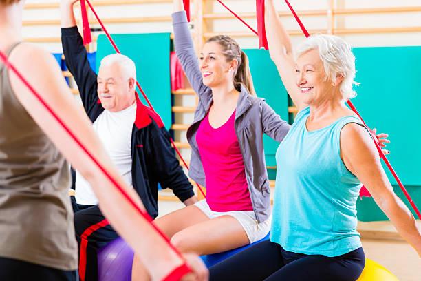 senior persone in corso di fitness in palestra - 2015 foto e immagini stock