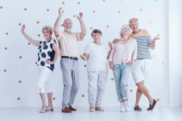 ältere leute tanzen miteinander - rentenpunkte stock-fotos und bilder