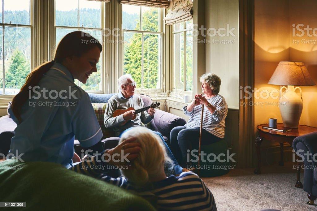 Ältere Menschen haben eine gute Zeit im Pflegeheim – Foto