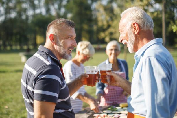 ältere menschen mit einem picknick - bier gesund stock-fotos und bilder
