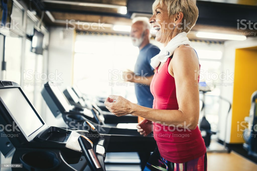Senior people running in machine treadmill at fitness gym club - Zbiór zdjęć royalty-free (Aktywni seniorzy)