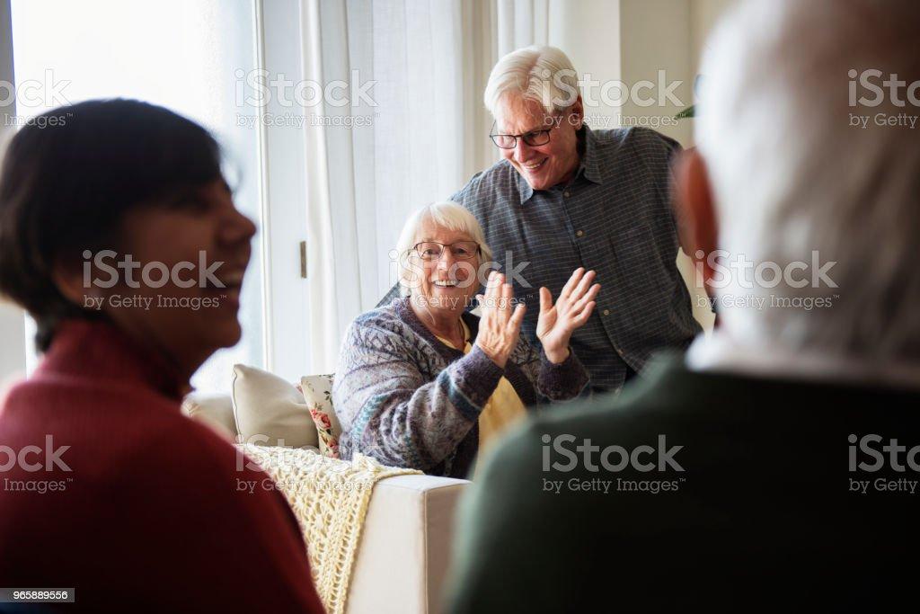 Senior mensen praten in een huiskamer - Royalty-free Begeleid wonen Stockfoto