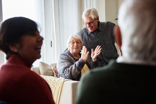 Senior Mensen Praten In Een Huiskamer Stockfoto en meer beelden van Aziatische en Indiase etniciteit