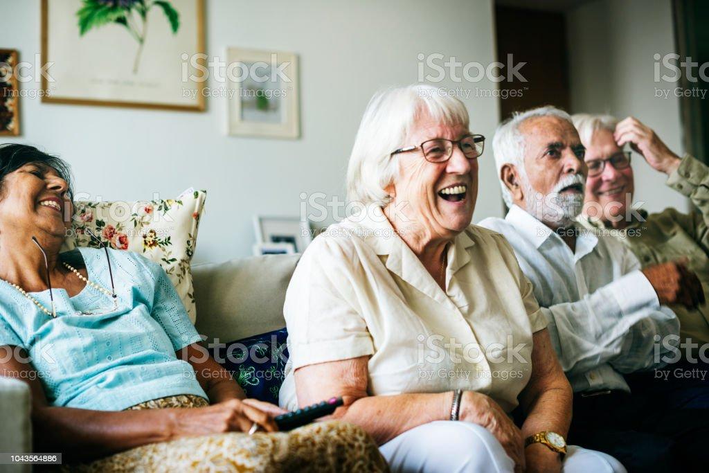Senior people watching television together - Zbiór zdjęć royalty-free (Człowiek dojrzały)