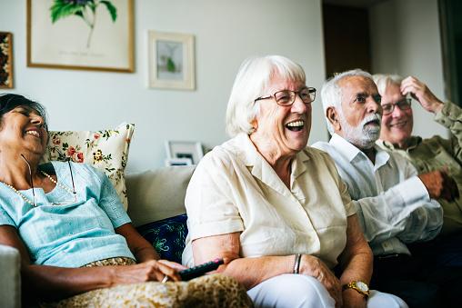 Senior People Watching Television Together - zdjęcia stockowe i więcej obrazów Człowiek dojrzały