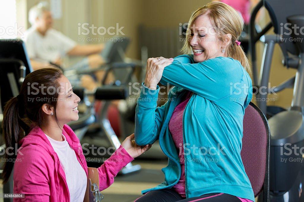 Senior Physiotherapie Kunden arbeitet mit Therapeuten – Foto
