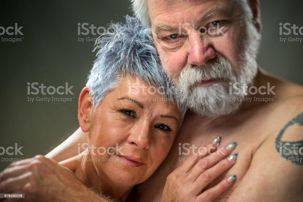 Retrato sênior, par, abraçando uns aos outros - foto de acervo