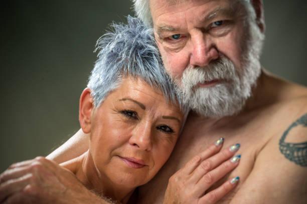senior porträt, paar, umarmen einander - alte tattoos stock-fotos und bilder