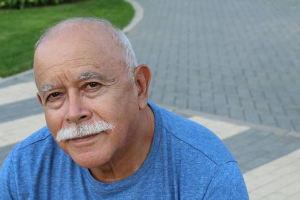 Homem aposentado sênior que olha a câmera - foto de acervo