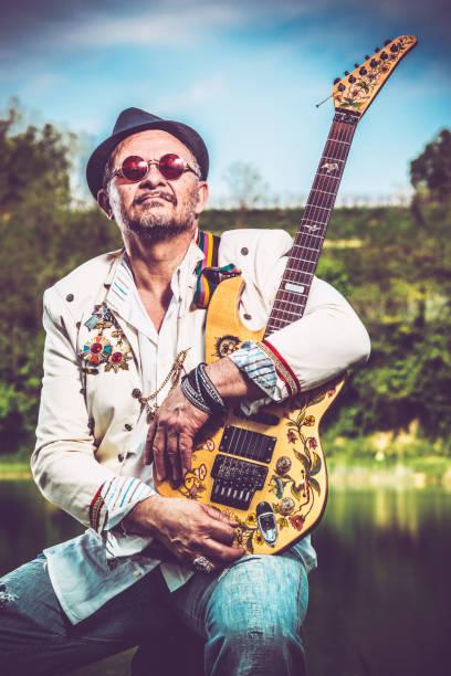 senior-rock-gitarrist mit maßgeschneiderten e-gitarre - achtsamkeit persönlichkeitseigenschaft stock-fotos und bilder