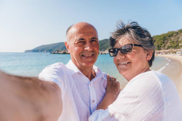senior selfies am strand - senior bilder wasser stock-fotos und bilder