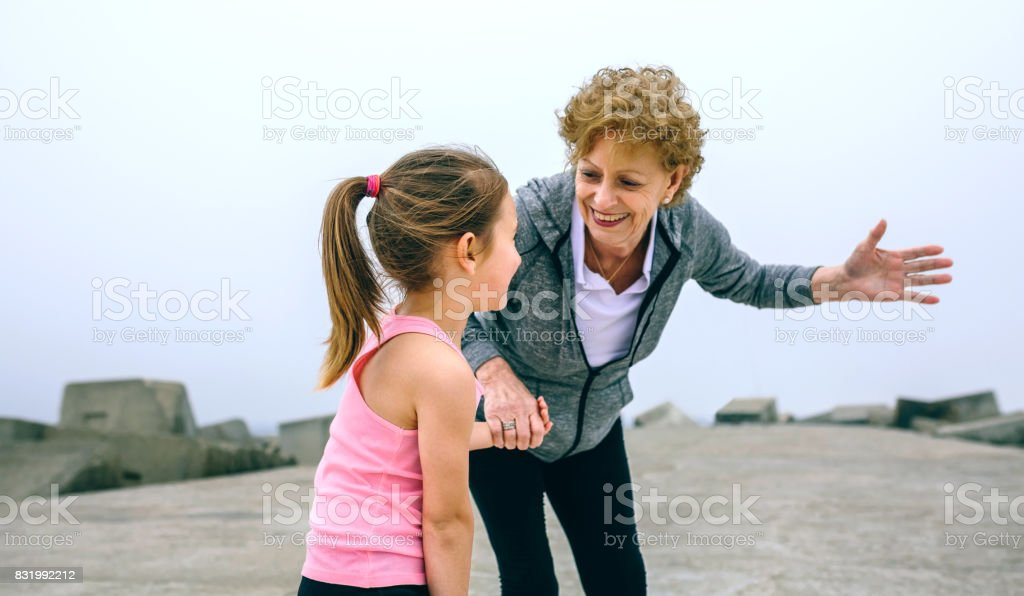 Deportista Senior hablando con niña - foto de stock