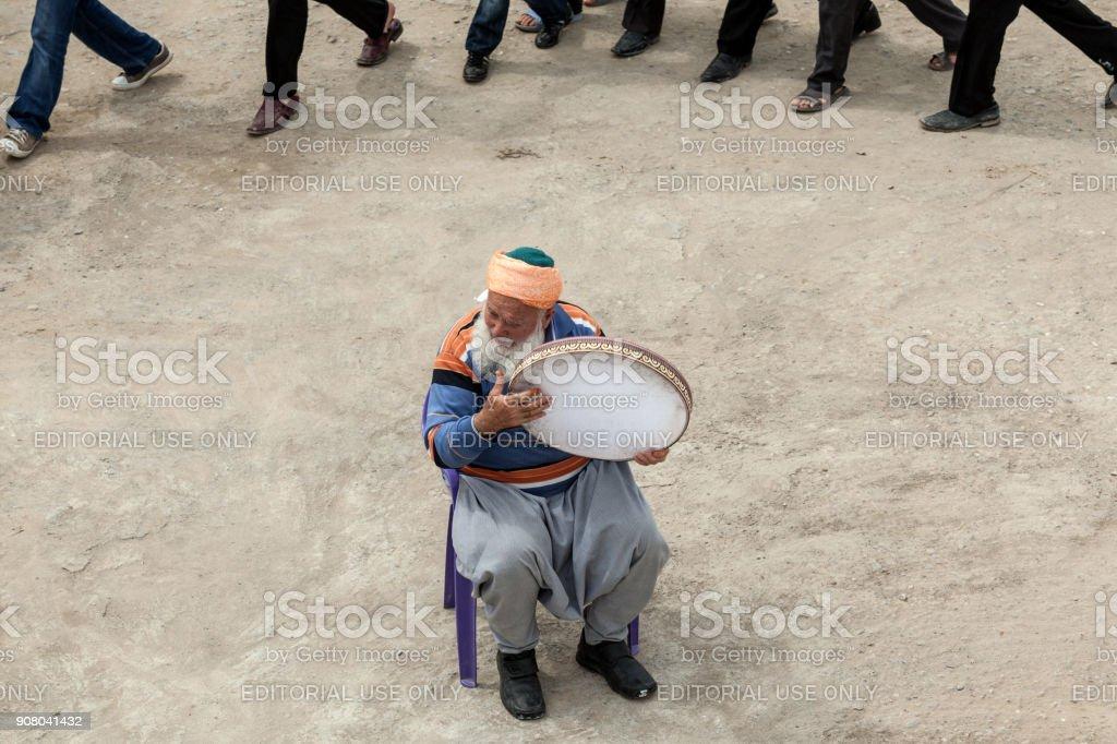 Senior Sufi-Mann mit weißen Bart Tamburin für tanzende Menschen spielen – Foto