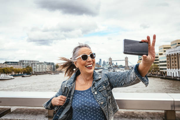 Senior Tourist in London macht Selfie mit Tower Bridge im Hintergrund – Foto
