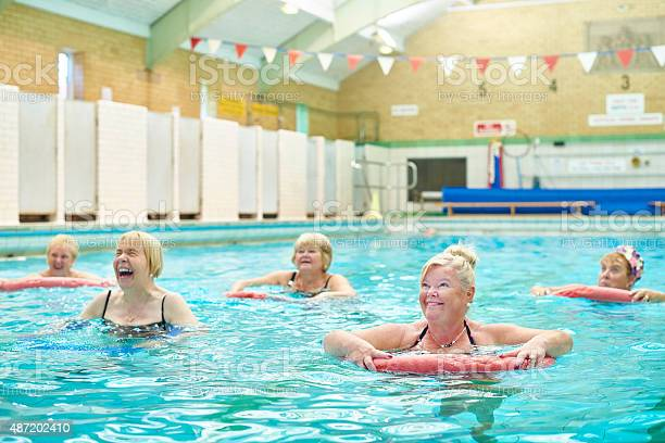 Senior Wasseraerobicnudeln Mit Pool Stockfoto und mehr Bilder von 2015