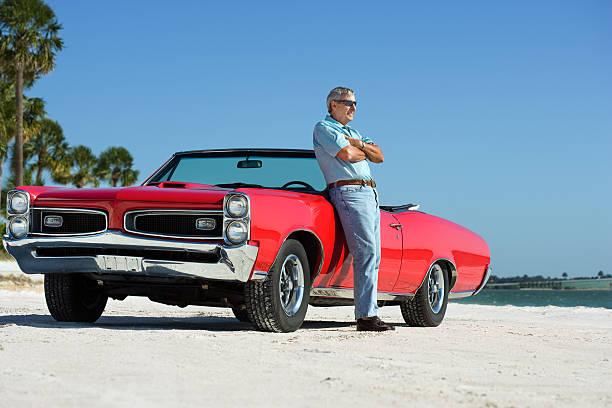 senior mit klassischen gto cabrio auto - 1m coupe stock-fotos und bilder