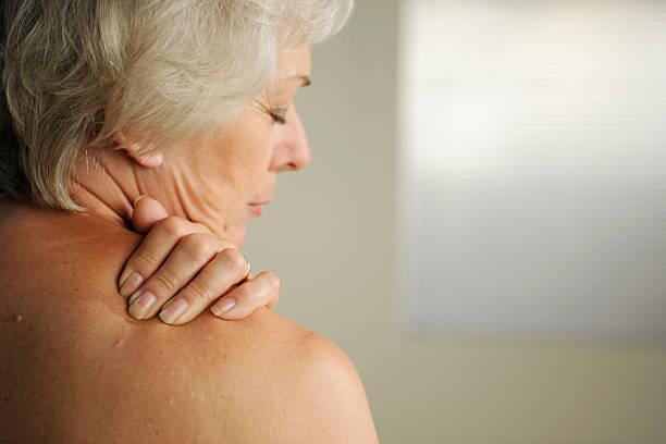 senior con dolore al collo - foto stock