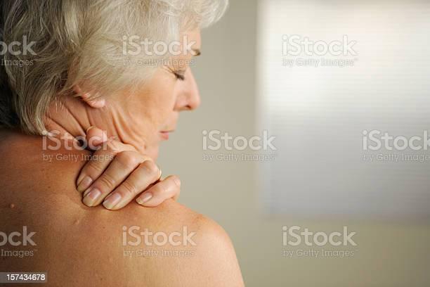 Senior Mit Hals Schmerzen Stockfoto und mehr Bilder von Alter Erwachsener