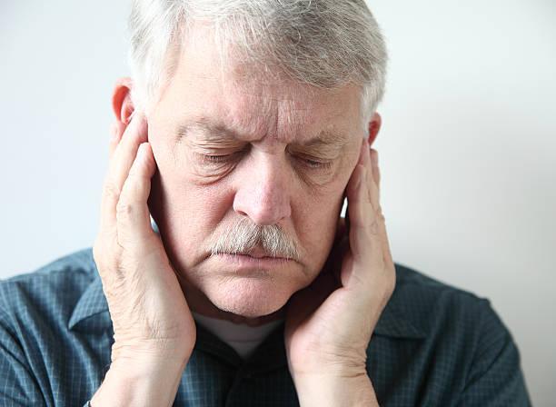 senior con dolor en la parte frontal de oídos - mandibula fotografías e imágenes de stock