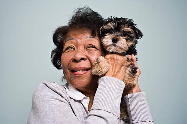 Senior Frau und ein Welpe – Foto