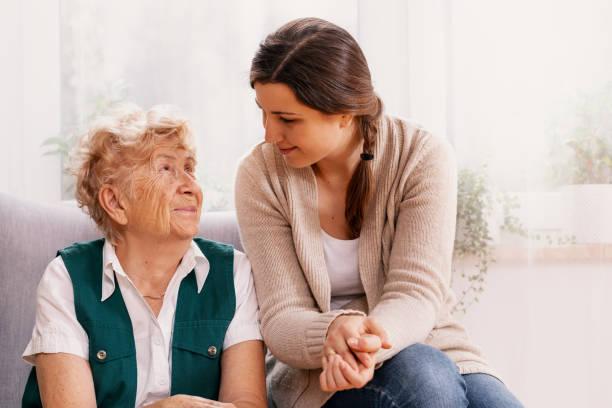 Seniorin und hilfsbereite Freiwillige im Pflegeheim – Foto