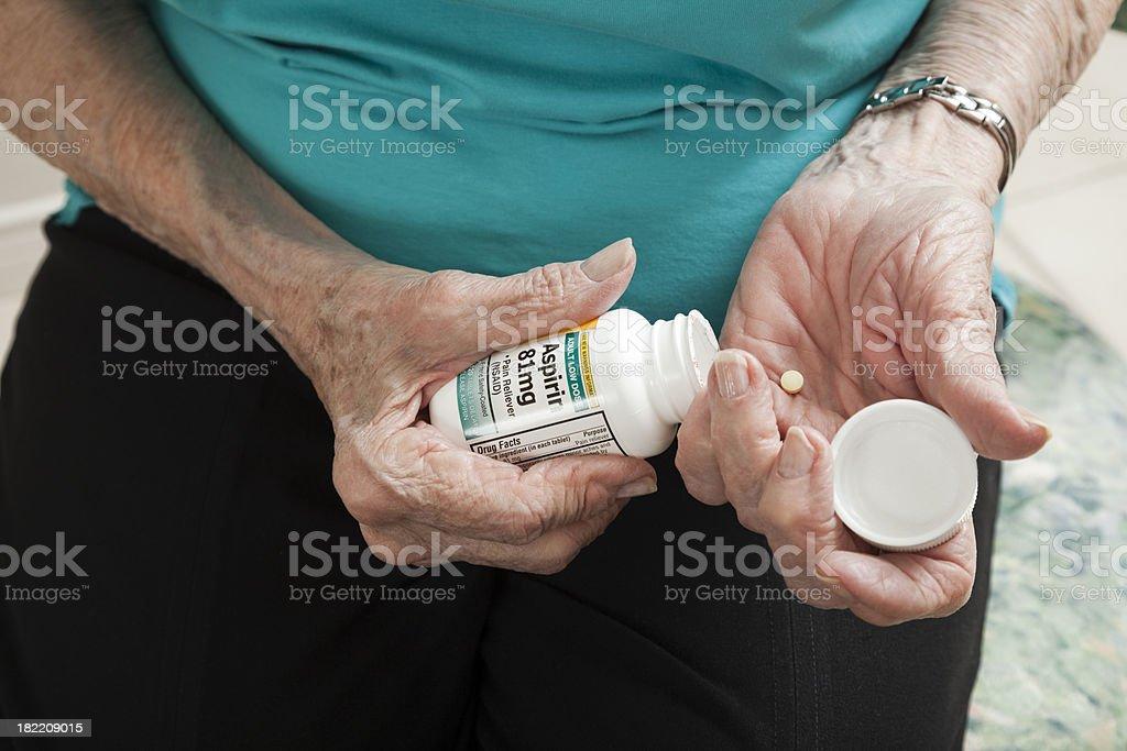 senior Frau arthritis Hände Eröffnung aspirin Flasche – Foto
