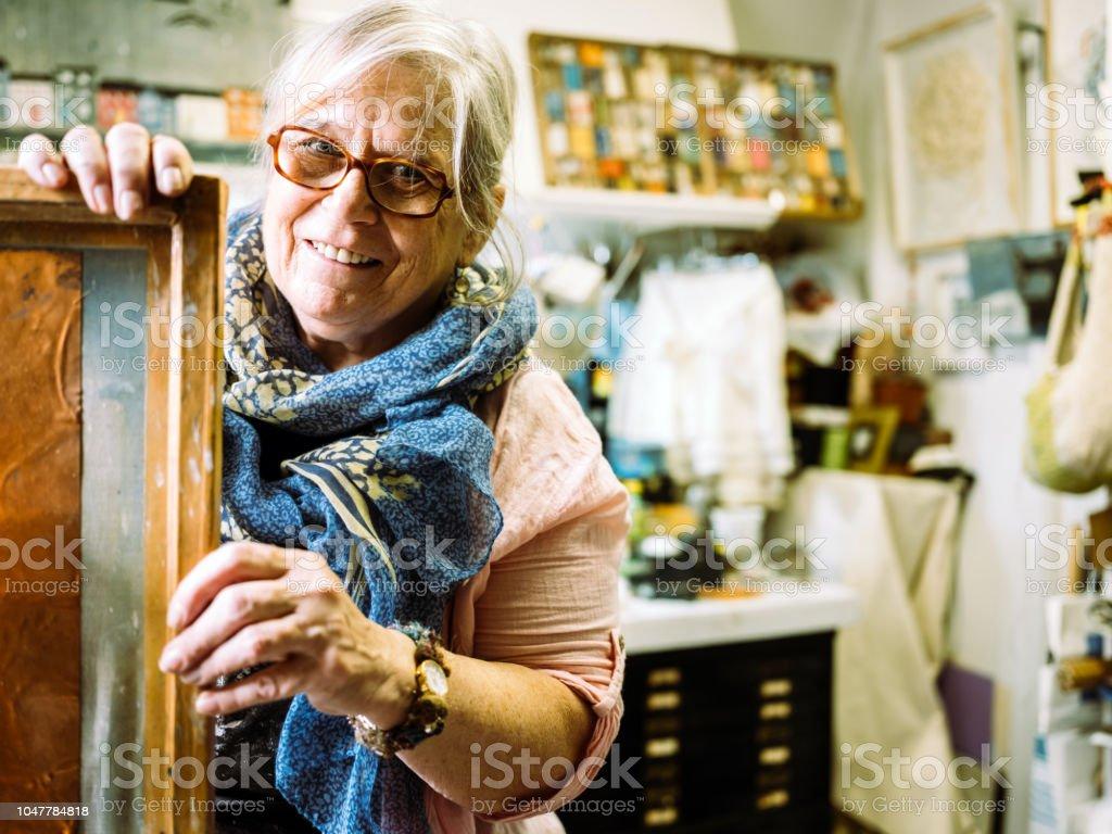 Ältere Frau Künstler bei der Arbeit – Foto