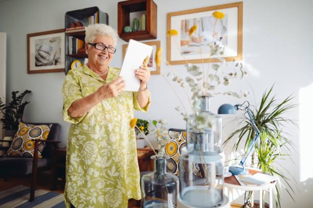 Seniorin zu Hause – Foto