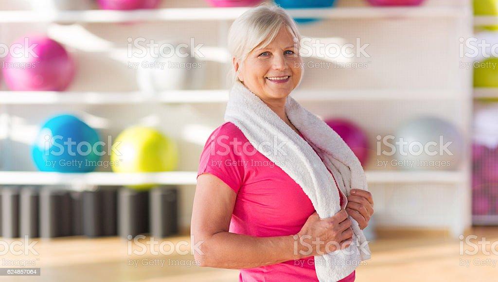 Donna Senior in palestra - foto stock