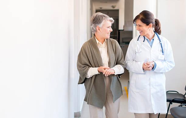 senior woman at the hospital - 70 jahre kleidung stock-fotos und bilder
