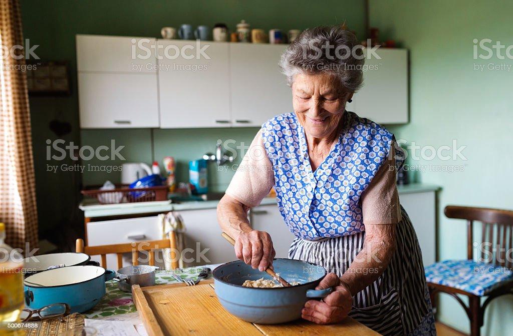 Senior mujer hornear - foto de stock