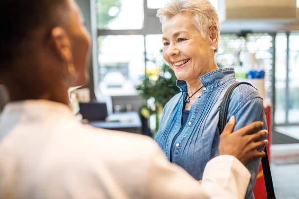 Ältere Frau wird von Apotheker unterstützt – Foto