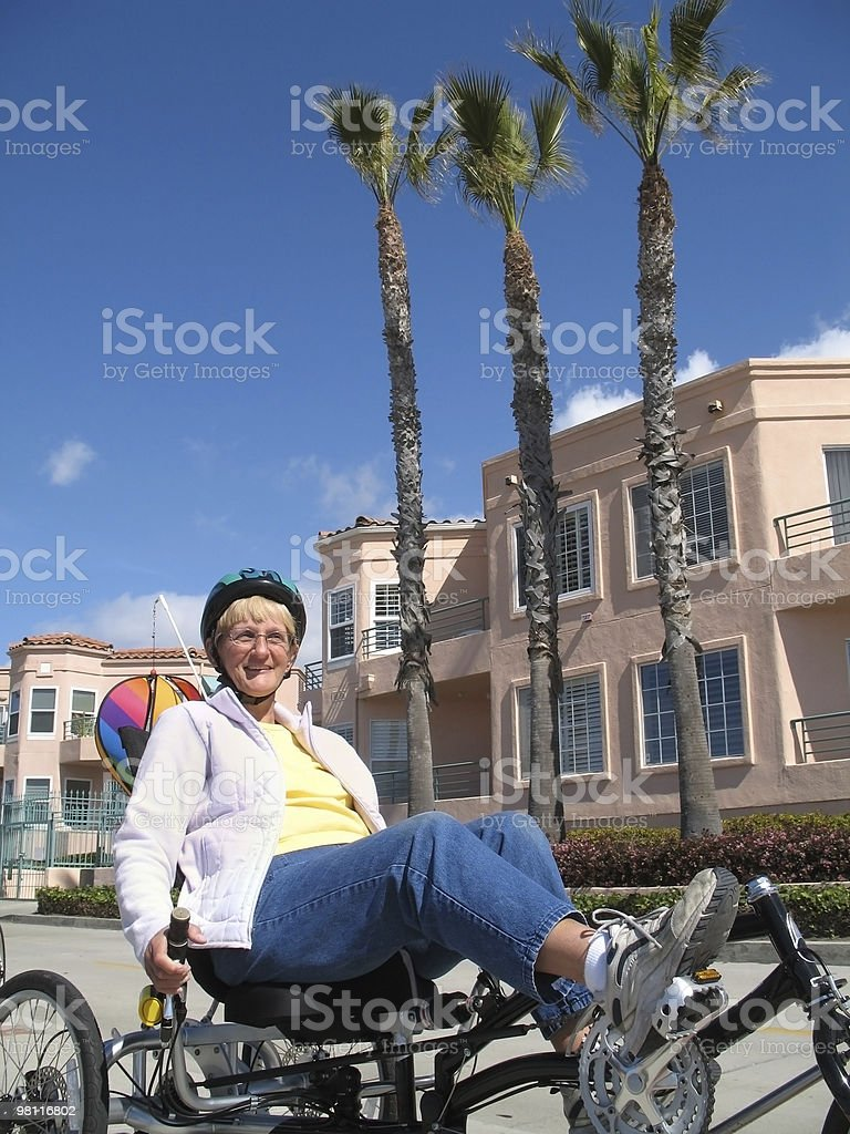 senior donna in bicicletta foto stock royalty-free