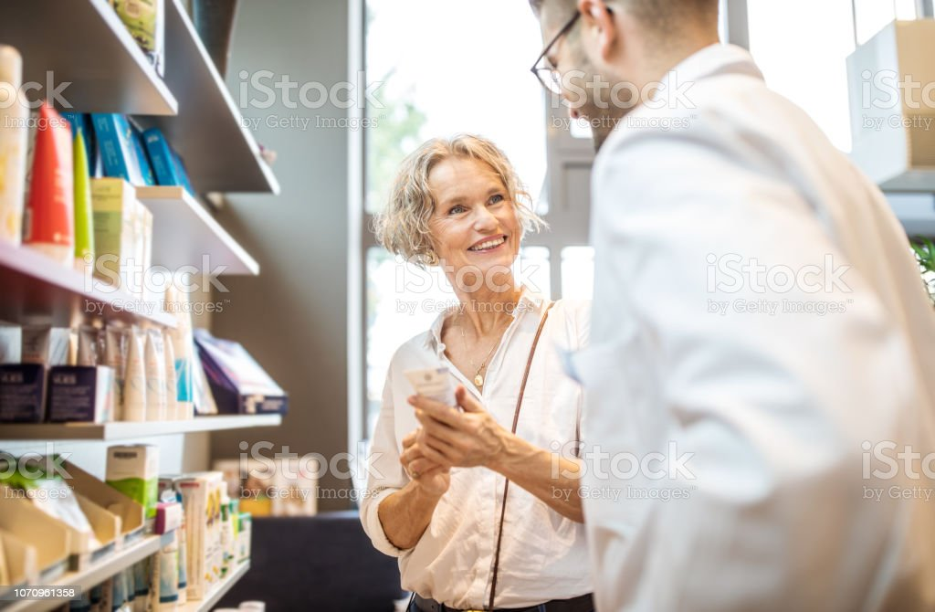 Senior Woman Beauty-Produkt aus der Apotheke zu kaufen – Foto