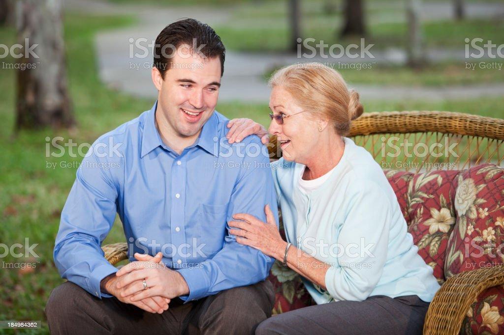 Senior Frau sich mit Erwachsenen Sohn auf dem patio – Foto