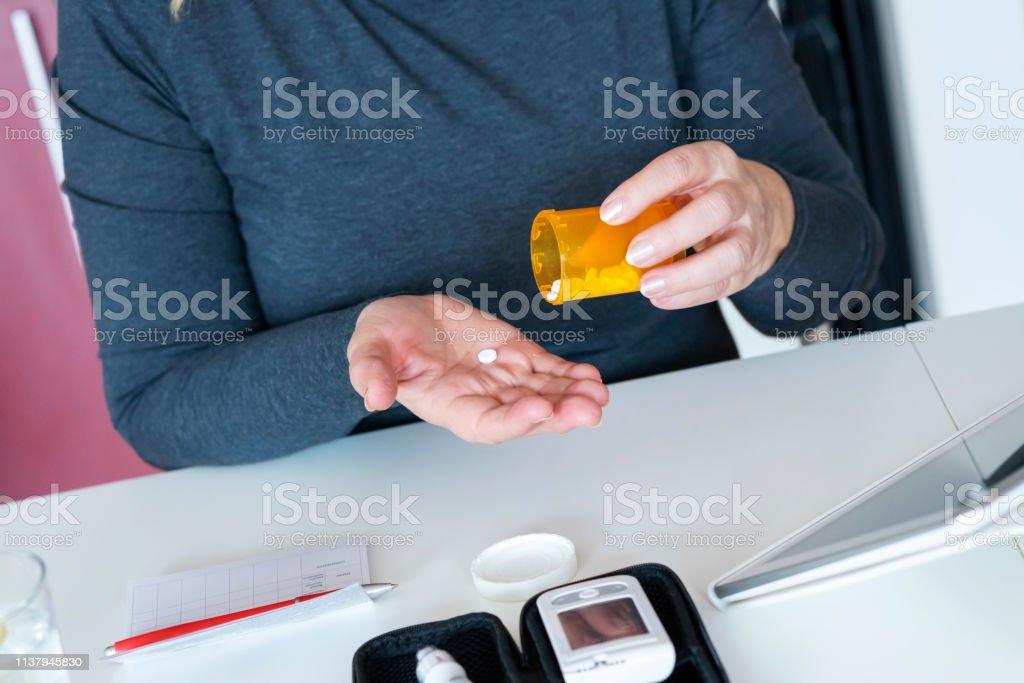 Mujer Mayor Comprobando El Nivel De Glucosa En Casa Foto
