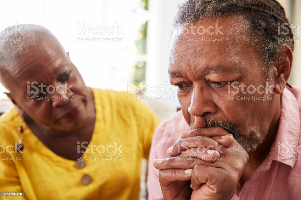 Senior mujer consolando a hombre con depresión en el hogar foto de stock libre de derechos