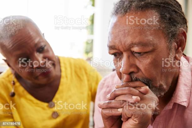 年配の女性がうつ病を持つ男を自宅に励み - 2人のストックフォトや画像を多数ご用意