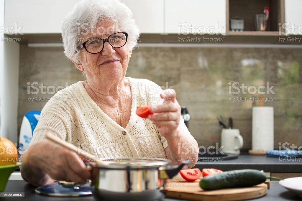 Senior woman cooking in the kitchen. - foto de stock