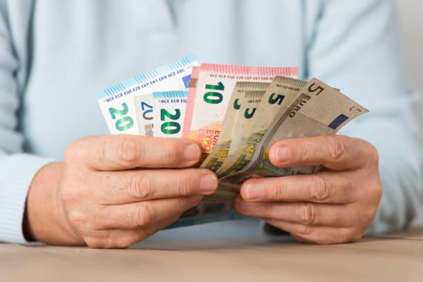 Ältere Frau zählen Geld – Foto