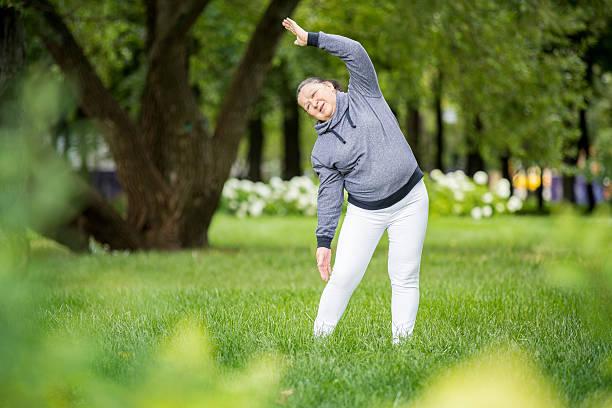 senior frau beim sport im park. - sexy granny stock-fotos und bilder