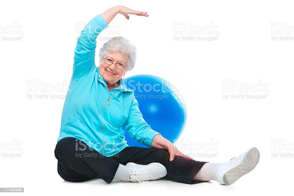 senior mujer haciendo ejercicios de estiramiento - foto de stock