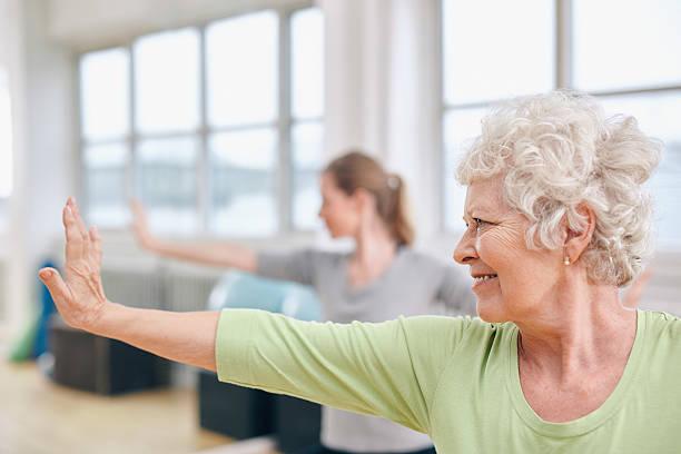 Senior Frau tun stretching-Übung am yoga-Kurs – Foto
