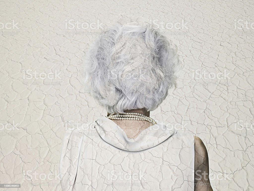 Senior Frau mit sichtbaren mit einer trockenen Landschaft – Foto