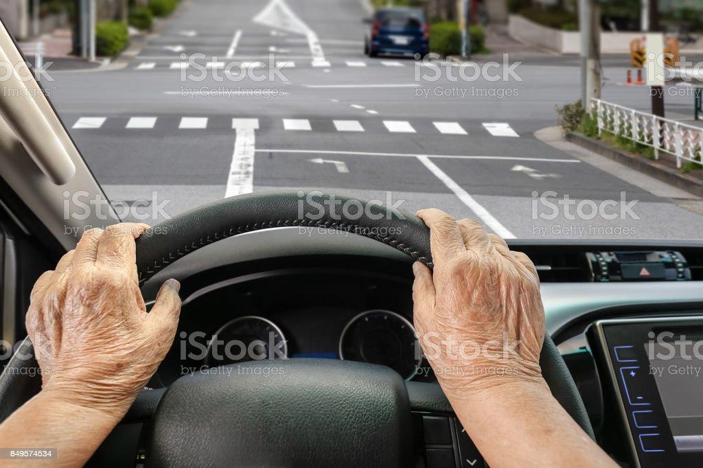 Senior Frau Fahren ein Auto auf der Straße in der Stadt. – Foto