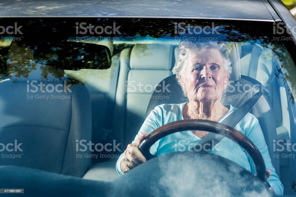 Senior Frau Fahren ein Auto – Foto