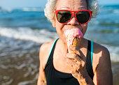 年配の女性が、アイスクリームを食べる