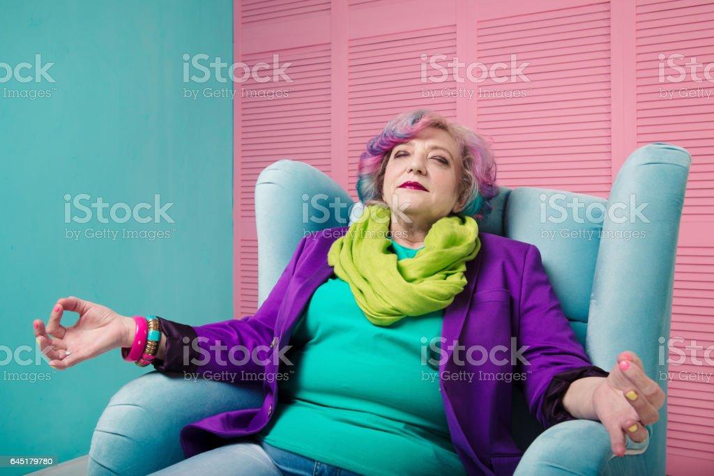 Femme Senior profiter de la vie et se détendre, méditer et rêver. - Photo